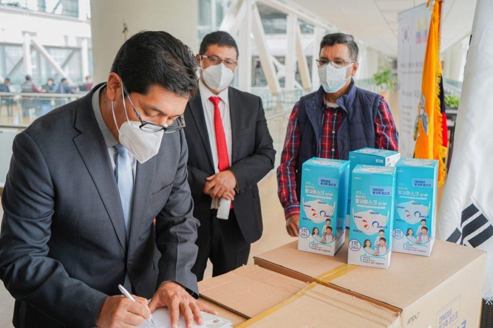 Dr. Nicolay Samaniego, rector de la Unach, firma el acta de entrega y recepción de 3000 mascarillas