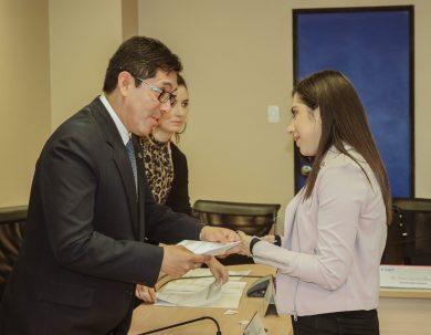 Se entregó beneficios económicos a padres de familia y estudiantes de la Unach